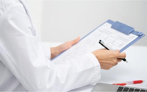 眼科専門医、形成外科専門医による診察